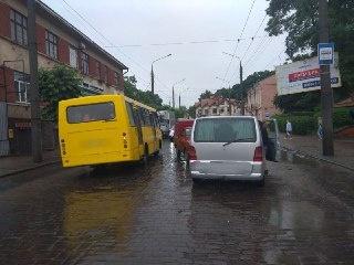 У Чернівцях водій «Москвича» виїхав на зустрічну та врізався у «Мерседес» — фото