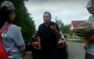 З'явилось відео, як скандальний голова райради на Буковині накинувся на агітаторів