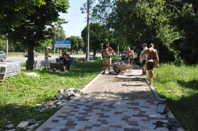 «Плитка була в хорошому стані!»: у Чернівцях мешканці нарікають на ремонт пішохідної доріжки