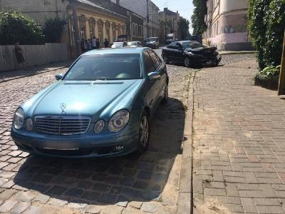 У центрі Чернівців Mazda зіткнулася з Mercedes: є потерпілі - фото