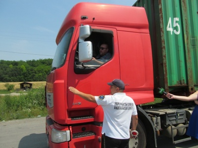 При спеці +28 вантажівки руйнують дороги: на Буковині виявляють по 40 порушників за тиждень