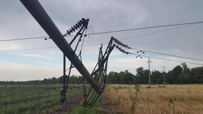 Електроопори і дерева ламало, як сірники: наслідки негоди на Буковині - фото