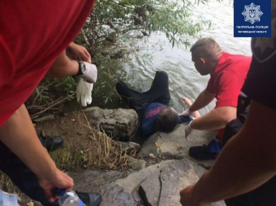 Врятував 15-річний хлопець: у Чернівцях чоловік намагався стрибнути з мосту - фото