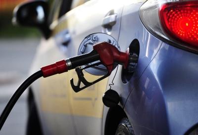 Бензин дешевшає: яких цін на пальне чекати водіям в липні