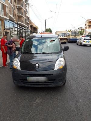 У Чернівцях штанги тролейбуса впали на автівку - фото