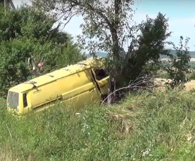 На Буковині автівка злетіла в кювет і врізалася в дерево: водія госпіталізовано - відео