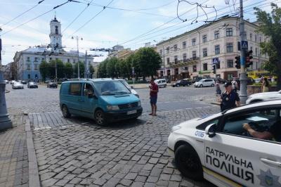 У центрі Чернівців зіткнулися два мікроавтобуси - фото