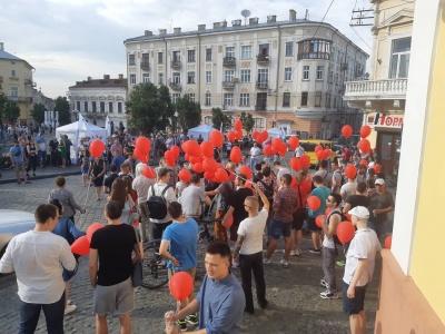 У центрі Чернівців мітингують прибічники Шарія: стався конфлікт з атовцями - відео