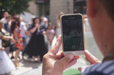 Наречені на «залізних конях»: у центрі Чернівців відбувся показ весільних суконь на байках - фото