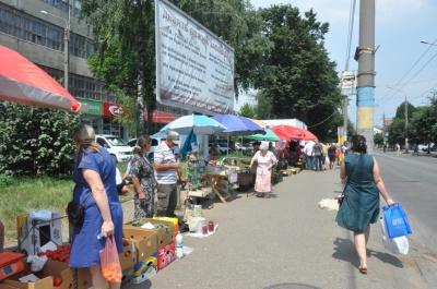 На тротуарі – сир і риба, м'ясо і шкарпетки: чому в Чернівцях не можуть дати ради стихійній торгівлі