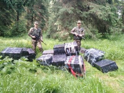 Знайшли сигарет на півмільйона: на Буковині прикордонники з пострілами переслідували контрабандистів