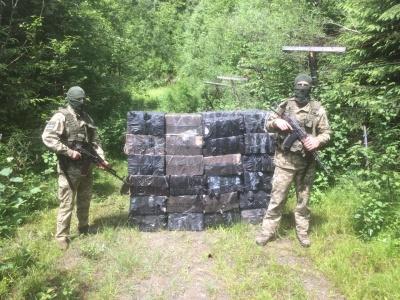 На Буковині за 400 метрів від кордону виявили сигарет на понад мільйон: контрабандисти втекли
