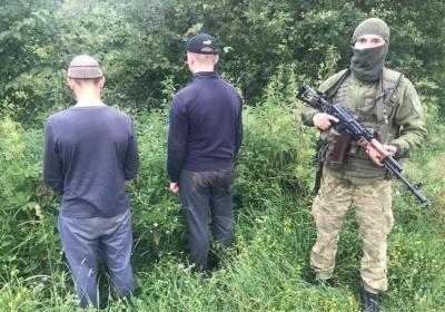 На Буковині біля кордону виявили сховок із контрабандними цигарками: двох осіб затримали