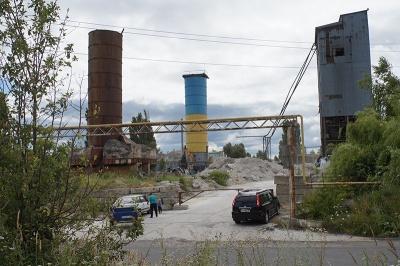 Неможливо дихати: у Новодністровську мешканці скаржаться на пилюку з бетонного заводу - фото