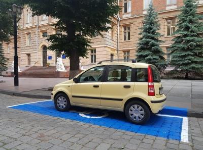 У Чернівцях поблизу ОДА з'явилося синє паркомісце для водіїв з інвалідністю