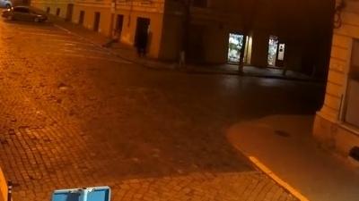 Вандалізм у нічних Чернівцях: як хулігани нищать дорожні знаки – відео