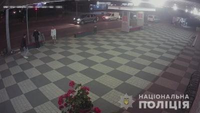 Поліція оголосила у розшук молодика, який жорстоко побив дівчину в Чернівцях