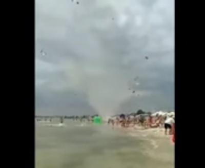 «Люди попадали на пісок»: на пляжі в Одесі пронісся смерч - відео