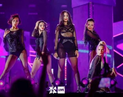 Затісний топ: у Каменських на сцені вискочили груди - фото