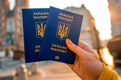 Стало відомо, скільки жителів Чернівців оформили закордонні паспорти за пів року