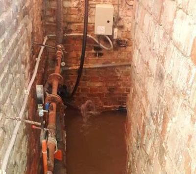 Води по кісточки: в Чернівцях залило підвал багатоповерхівки через прорив труби - фото