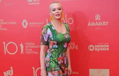 """Зірка """"Зачарованих"""" в яскравому вбранні відвідала Одеський міжнародний кінофестиваль - фото"""
