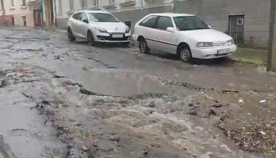 Злива знову перетворила вулиці Чернівців у струмки – відео