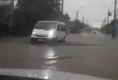 Непогода в Черновцах улица Русская поплыла, транспорт передвигается по реке - видео