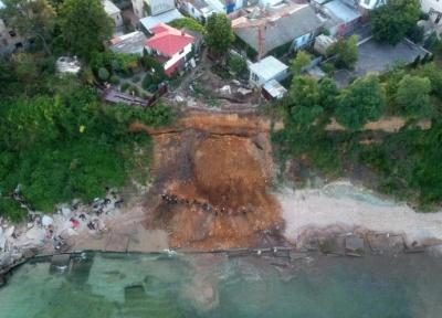 Зсув ґрунту накрив пляж в Одесі: рятувальники шукають під землею людей - фото