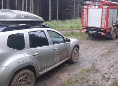 Сім'я з Києва застрягла у кюветі на гірській дорозі на Буковині - фото