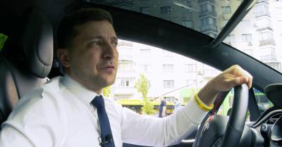 Зеленский проехался Киевом за рулем Tesla и записал новое видео