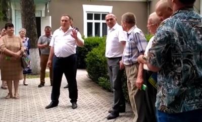 На Буковині скандальний голова райради возить селами кандидата від «Слуги народу», агітуючи за нього