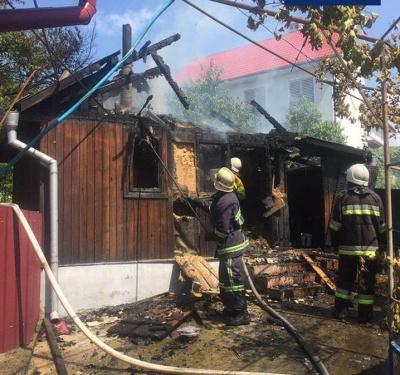 «Нехай горить»: у Чернівцях син підпалив будинок батьків