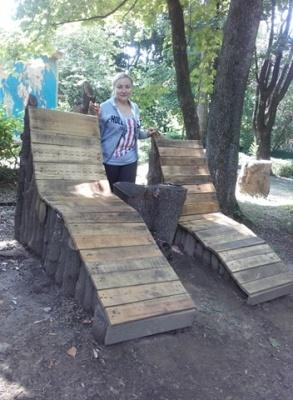 У Чернівцях у парку з повалених буревієм дерев виготовили лежаки – фото