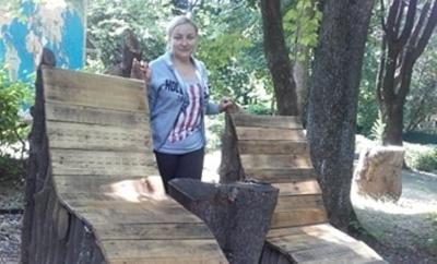 В Черновцах в парке с поваленных ураганом деревьев изготовили лежаки - фото