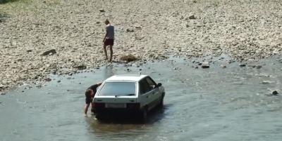 На Буковині штрафуватимуть водіїв, які миють авто у річках
