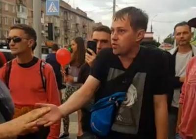 У Чернівцях прихильники Шарія пройшлися містом з кульками: серед них помітили депутата міськради