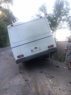 У Чернівцях п'яний водій маршрутки протаранив відбійник у Садгорі – фото