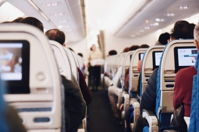 Анекдот дня: священник у літаку