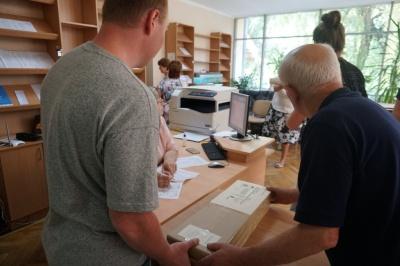 До Чернівців привезли бюлетені для голосування на виборах до Ради – фото
