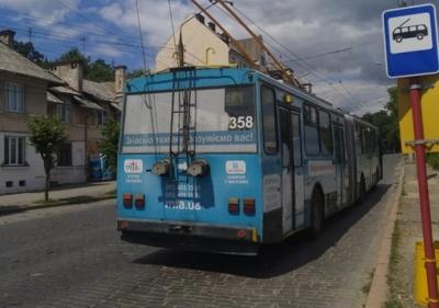 У Чернівцях у тролейбусі затиснуло руку дитині – у хлопчика залишився синець