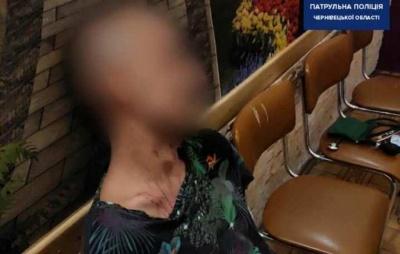 Тримав ніж біля горла: у Чернівцях молодик намагався скоїти самогубство