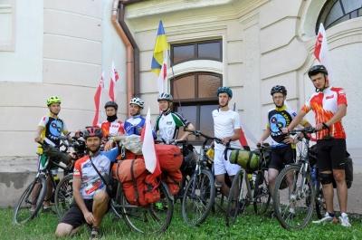 Из Варшавы на велосипедах: как священник с молодежью путешествует по миру