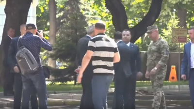 """В сети с  появилось видео, на котором Зеленский  """"толкает """" министра обороны"""