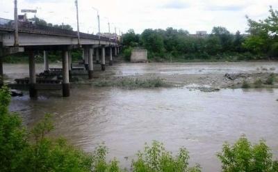 Купатися у річці Прут заборонено