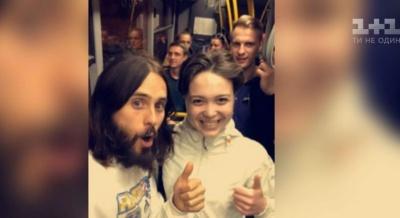 Джаред Лєто влаштував безкоштовний вуличний концерт на пішохідному мосту в Києві