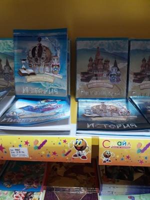 У магазині в центрі Чернівців продають зошити із символікою РФ - мережа лютує