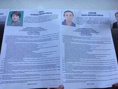 У Чернівцях в інфостендах кандидаток від Зеленського і Садового виявили однаковий текст виборчих програм