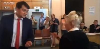 «Вы подыгрываете Путину»: пенсионерка публично отругала главу партии «Слуга народа» - видео