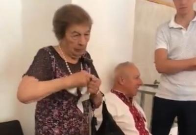 Пожилая женщина порвала и пыталась съесть свой избирательный бюллетень - видео